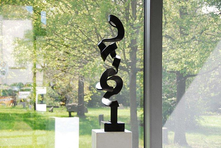 Schwerelos 1, Ansicht 3, Höhe 80 cm, Bronze patiniert, Sockel, 6 x 17 x 14 cm, schwarzer Granit