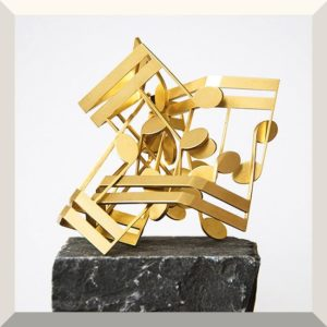 Noten 37, Messingskulptur 12 x 12 x 12 cm, grauer Basaltsockel, 9 x 9 x 9 cm